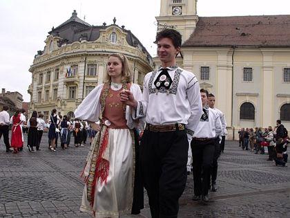 Maifestulelevilor de la Colegiul Brukenthal, în Piața Mare din Sibiu/Hermannstadt, 2010. Foto: Holger Wermke, sursa: Traditionen.evang.ro