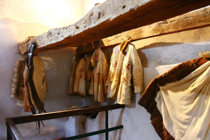 Haine săsești expuse în muzeul etnografic din cetatea Câlnic