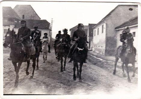 Întrecere călare, de Fasching, la Boz, Bussd bei Mühlbach, in anii '70. Fotografie de familie. Unul dintre călăreți este tatăl meu.