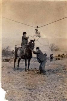 """Câștigătorul întrecerii cu cai la """"bătutul gâștei"""", Boz/Bußd bei Mühlbach, anii '70. Fotografie de familie. """"Șeful la corbaci"""" este tatăl meu :)"""