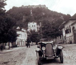 Râşnovenii s-au înscris între pionierii sporturilor de iarnă din România. Începutul oficial a avut loc la 3 noiembrie 1905, când 35 de braşoveni şi 19 râşnoveni au înfiinţat prima societate de schi Kronstadter Schiverein (KSV). În 1909, KSV a organizat primul concurs de schi disputat în Transilvania şi Regatul României. Râşnovul era punct de plecare şi pentru drumeţiile în Munţii Bucegi, iar cabana Mălăieşti a fost prima cabană din Bucegi şi una dintre cele mai vechi din Munţii Carpaţi. Ridicată de SKV (Siebenburgische Karpaten Verein) la 1578m, prima clădire a fost inaugurată la 29 iulie 1882. Adăpostul de lemn a ars în anul 1897, dar a fost refăcut după numai un an.