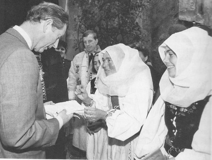 Prima vizită a Prințului Charles în satele din Transilvania, la Moșna. Sara Dootz, în costum tradițional săsesc, îi dăruiește Prințului Charles un prosop țesut manual.