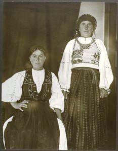 Femei din Transilvania? fotografiate la biroul de imigrări de pe Ellis Island, cca 1906-1914, Sursa foto si mai multe imagini cu imigranți din spațiul românesc de astăzi. http://digitalgallery.nypl.org