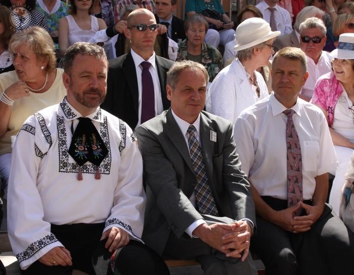 În tribuna oficială a ediției 2014 (de la stânga): dr. Bernd Fabritius, Președintele Asociației Sașilor Transilvăneni, membru în Bundestag, dl Reinold Gall, membru în Landtag, ministrul de interne al landului Baden-Wuerttemberg, apoi dl Klaus Johannis.