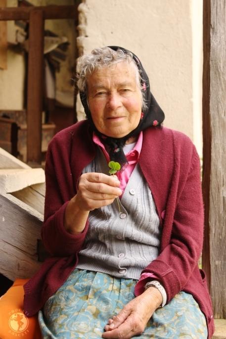 Doamna Sara Dootz curatorul bisericii din Viscri și trifoiul cu patru foi pe care l-am găsit în curtea bisericii și i l-am dăruit. Un izvor nesecat de povești, una dintre comorile reale ale Viscriului.