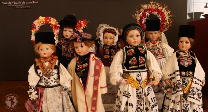 O lume expresivă, în miniatură: păpuși îmbrăcate în Tracht, costumul tradițional săsesc, în toată diversitatea lui în spațiul transilvan, expuse la Casa Teutsch din Sibiu.