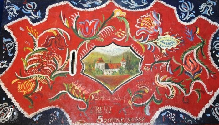Ladă de vecinătate expusă la muzeul etnografic din Valea Viilor/Wurmloch/Nagybaromlak, în incinta bisericii fortificate.