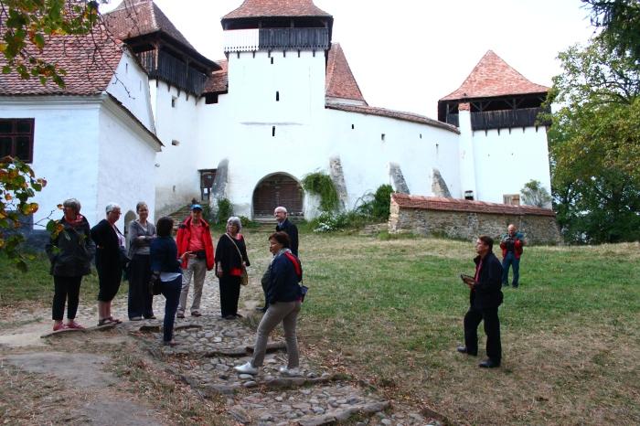Plimbarea de seară prin Viscri, cu o primă oprire la biserică. Aici am început o poveste pe care a continuat-o doamna Sara Dootz a doua zi