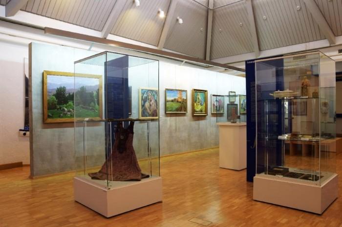SMG_Saalaufnahmen_Abb002: Blick in den zentralen Ausstellungssaal © Siebenbürgisches Museum Gundelsheim