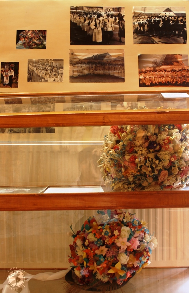 Dialoguri peste timp și spații: pălăriile cu buchete de Blumenfest, expuse în Muzeul Cetate din Axente Sever
