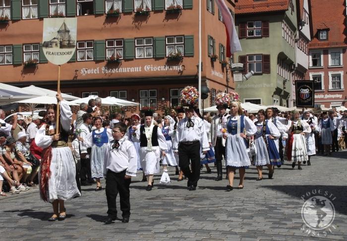 Sașii din Axente Sever, purtând buchetele specifice de Blumenfest, la Întâlnirea anuală de la Dinkelsbuehl