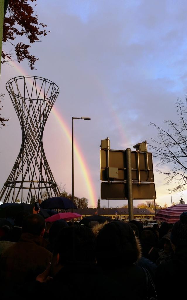 Curcubeul înseamnă speranță. Mai ales când ai de așteptat ore lungi la coadă, ca să votezi. Românii în fața Consulatului din Muenchen, 16 noiembrie 2014. Foto: Mihaela Kloos-Ilea