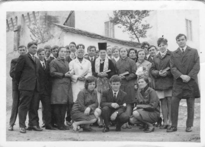 Confirmare in Boz/Bußd bei Mühlbach, fotografie de familie de prin anii '70. Deja tinerii erau îmbrăcați modern, după moda de la oraș. Doar tânăra confirmată mai poarta costumul tradițional săsesc. În fundal, biserica evanghelică din Boz.