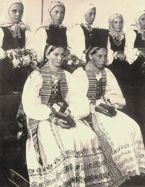 Fete la slujba de confirmare în Ghinda/Windau, jud. Bistrița-Năsăud. Foto: albumul lui Hans Retzlaff, Bildnis eines deutschen Bauernvolkes, Berlin, 1939