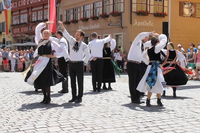 Dansuri săsești în centrul orașului Dinkelsbuehl, ediția 2014