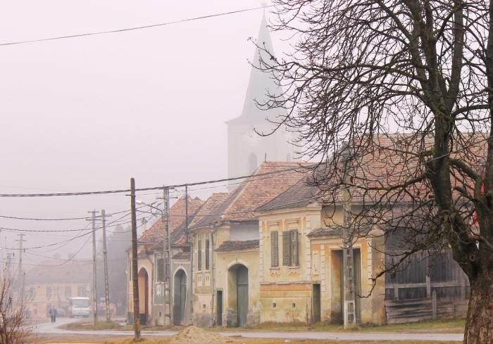 Straße in Reichesdorf mit der Kirche im Hintergrund. Foto: Mihaela Kloos-Ilea
