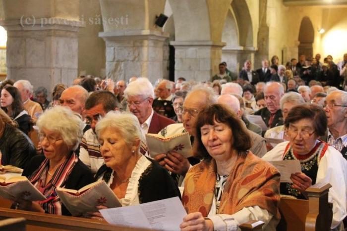 O biserică neîncăpătoare după ani de zile. Slujba religioasă la începutul întâlnirii tuturor sașilor din Transilvania, Sebeș/Mühlbach, 2014